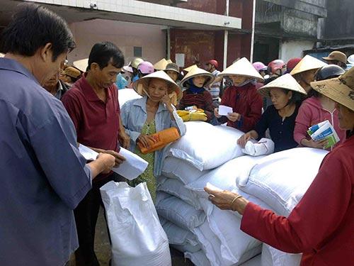Người nghèo tại tỉnh Bình Định nhận gạo cứu trợ của Chính phủ trong Tết Nguyên đán vừa qua