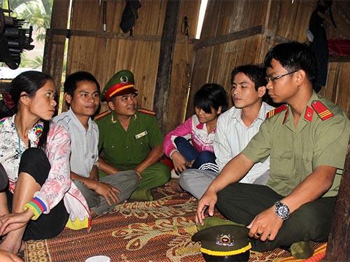 Công an huyện Sơn Tây vận động, tuyên truyền cho người dân thôn Đăk Lang, xã Sơn Dung ngăn chặn tình trạng tự tử bằng lá ngón