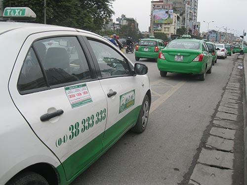 Đường tại Hà Nội đã quá chật chội và không đủ chỗ để cho 17.000 taxi hoạt động. Trong ảnh: Hàng dài taxi đậu trước cổng Bệnh viện Bạch Mai Ảnh: NGUYỄN HƯỞNG