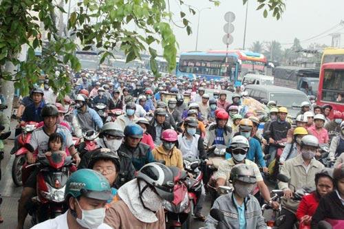 Kẹt xe kéo dài 5 km trên Quốc lộ 1 - đoạn qua quận Bình Tân, TP HCM sáng 20-3 Ảnh: XUÂN DANH