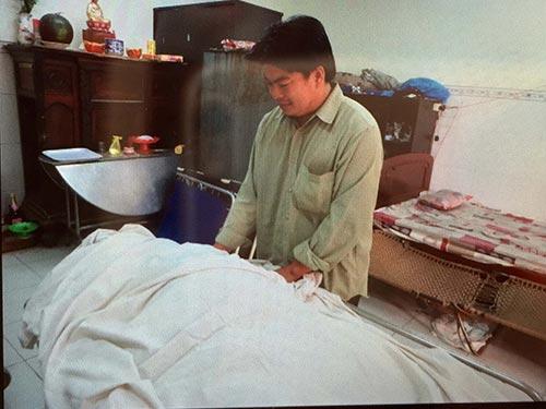 Người thân đau buồn trước cái chết của chị Nguyễn Thị Yến Linh Ảnh: MINH SƠN