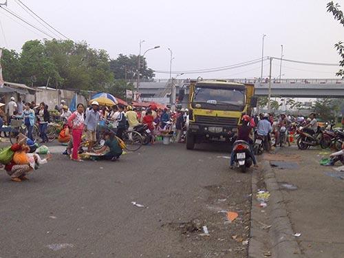 Nhưng chỉ ít phút sau, chợ lại họp, gây cản trở giao thông