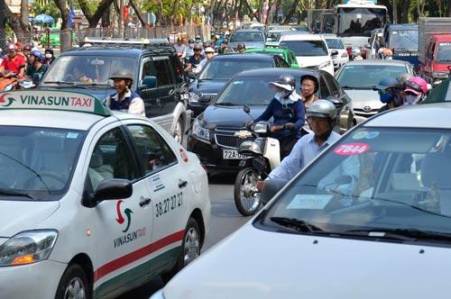 Tình trạng kẹt đường khiến giao thông hỗn loạn là hình ảnh thường gặp trong các đô thị ở nước taẢnh: TẤN THẠNH