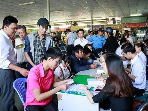 Hành khách đăng ký mua vé xe Tết tại Bến xe Miền Đông trong ngày 12-1 Ảnh: HOÀNG TRIỀU