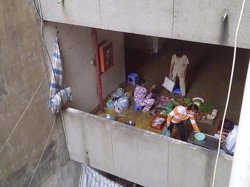 Hành lang cư xá Lý Thường Kiệt (phường 7, quận 10, TP HCM) bị chiếm dụng làm chỗ buôn bán rau củ, thực phẩm tươi sống Ảnh: SỸ ĐÔNG