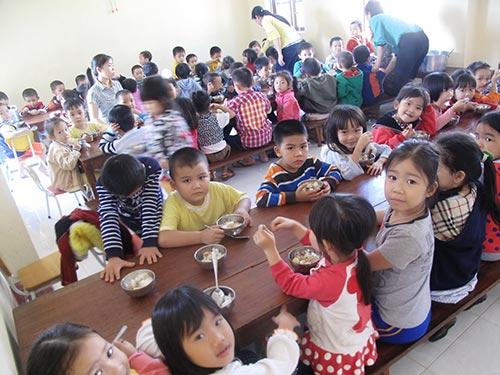 Các giáo viên tố cáo bữa ăn của các cháu ở Trường Mẫu giáo công lập phường Phú Đông bị hiệu trưởng cắt xén