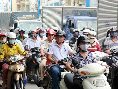 Hằng ngày, người dân luôn bất an với còi xe khủng trên đường. Ảnh: HOÀNG TRIỀU