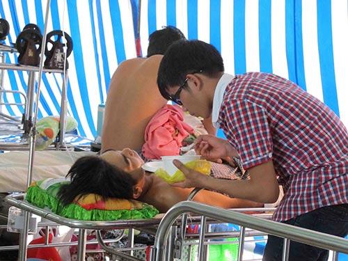 Ông Nguyễn Ngọc Tuấn bị con nợ của em gái ông chém gây thương tích, đang được điều trị tại Bệnh viện Chợ Rẫy Ảnh: PHẠM DŨNG