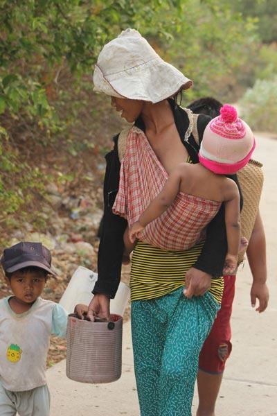 Nhiều phụ nữ Raglai lấy chồng sinh con từ thuở còn thiếu niên
