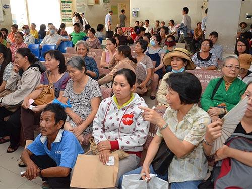 Mệt mỏi chờ khám chữa bệnh theo diện BHYT tại Bệnh viện Nhân dân Gia Định (TP HCM). Ảnh: TẤN THẠNH