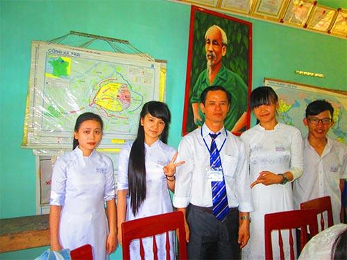 Thầy giáo Lê Văn Linh (giữa) được Bộ Giáo dục và Đào tạo tặng bằng khen năm 2012 Ảnh: TẤN NGỌC