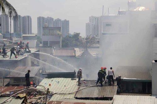 Hiện trường một vụ cháy tại quận 4, TP HCM Ảnh: HOÀNG TRIỀU