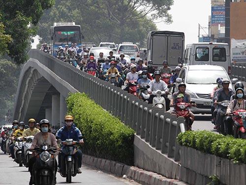 Cầu vượt trên đường 3 Tháng 2 có lan can rất thấp, gây bất an cho người tham gia giao thông Ảnh: HOÀNG TRIỀU