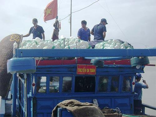 Tàu cá của ngư dân tỉnh Phú Yên chuẩn bị ra khơi đánh bắt hải sản trên ngư trường truyền thống Hoàng Sa, Trường Sa thuộc chủ quyền Việt Nam Ảnh: HỒNG ÁNH