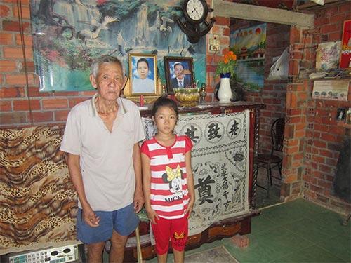 Cháu Nguyễn Thị Kim Chi bên ông ngoại trong căn nhà gạch cũ nát