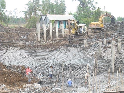 Gấp rút xây trạm bơm để đối phó với hạn hán, nhiễm mặn ở Cà Mau Ảnh: DUY NHÂN