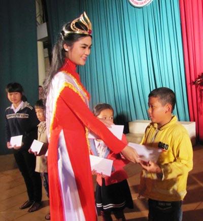 Hoa khôi Người đẹp TP HCM qua ảnh 2014 Võ Thị Quỳnh Đăng về lại quê La Hai (Phú Yên) làm từ thiện ngay sau khi đăng quang