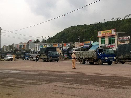 CSGT Công an tỉnh Bình Định điều tiết giao thông sau khi xảy ra kẹt xe tại khu vực cầu Gành vào sáng 19-1