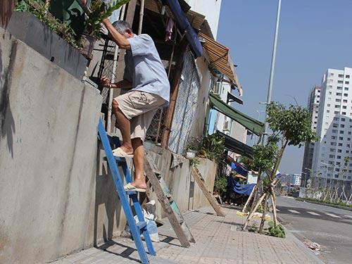 Muốn ra vào nhà, người dân phải bắc cầu thang leo tường như thế này