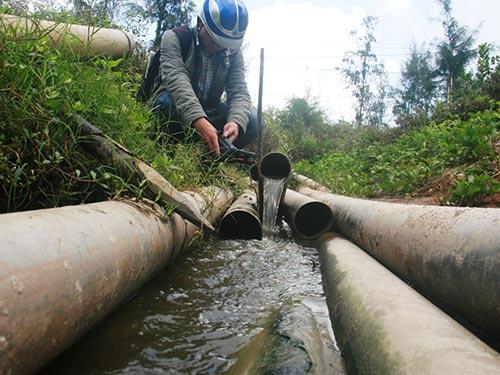 Nước thải từ các ao tôm theo đường ống thải trực tiếp ra sông Trường Giang