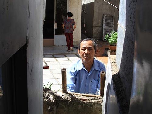 Thời gian qua ông Trương Văn Thức phải leo rào đi nhờ nhà hàng xóm