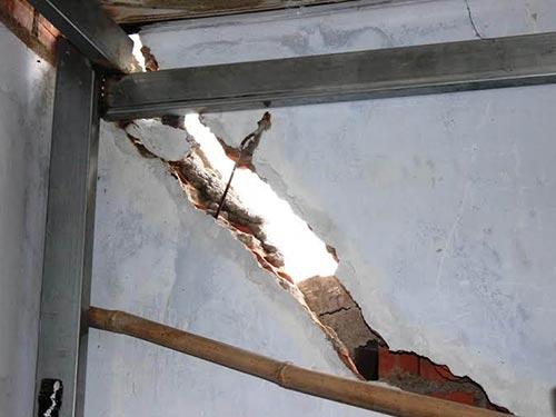 Bức tường của một căn nhà với vết nứt dài hơn 3 m