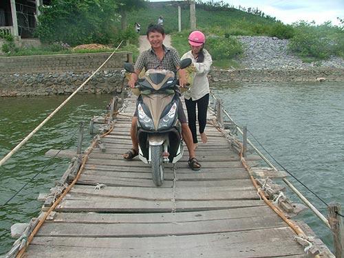Hằng ngày, người dân thôn Thuận Hòa phải mạo hiểm qua cầu phao đã xuống cấp