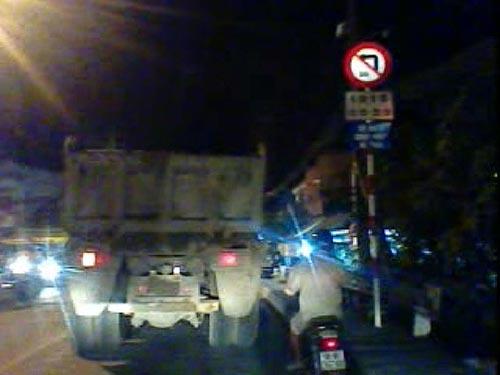 Xe ben chạy vào đường cấm