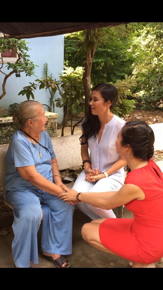 Việt Trinh thăm hỏi và trò chuyện với các nghệ sĩ tại Viện dưỡng lão