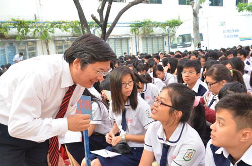 TS Trần Đình Lý trao đổi với học sinh trong chương trình Đưa trường học đến thí sinh do Báo Người Lao Động tổ chức năm 2014 Ảnh: TẤN THẠNH