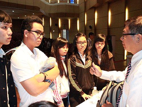 Tiến sĩ Nguyễn Đức Nghĩa nán lại trả lời thắc mắc của thí sinh sau chương trình Ảnh: huy Lân