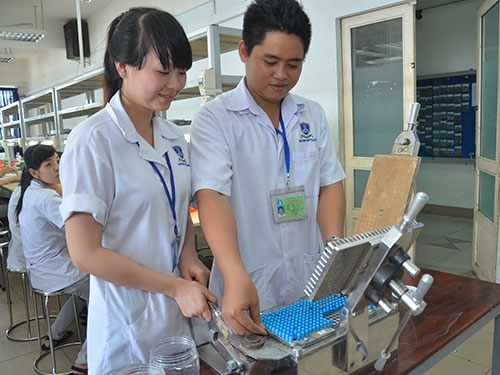 Sinh viên Trường ĐH Nguyễn Tất Thành (TP HCM) trong giờ thực hành Ảnh: TẤN THẠNH