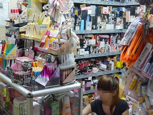 Mỹ phẩm được bán tại chợ Bình Tây Ảnh: TẤN THẠNH