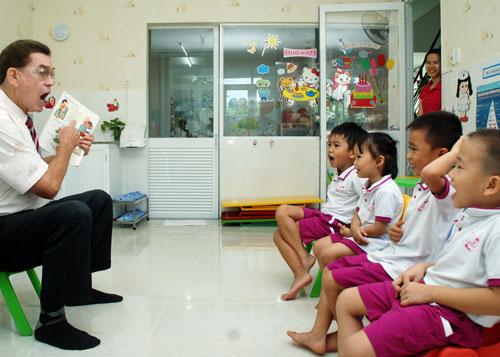 Học tiếng Anh tại một trường mầm non ở TP HCM Ảnh: Tấn Thạnh