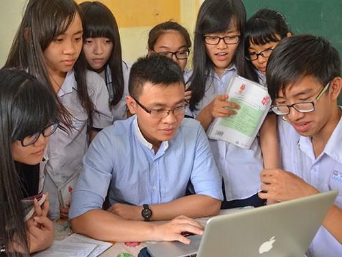 Thầy Đỗ Đức Anh, Trường THPT Bùi Thị Xuân, cùng học trò thực hiện một dự án học văn từ cuộc sống. Ảnh: TẤN THẠNH