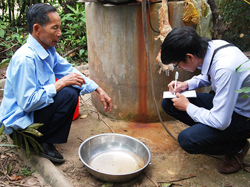 Nước giếng của gia đình ông Nguyễn Ngọc Nhân (thôn Thu Thừ) bốc mùi xăng dầu nồng nặc