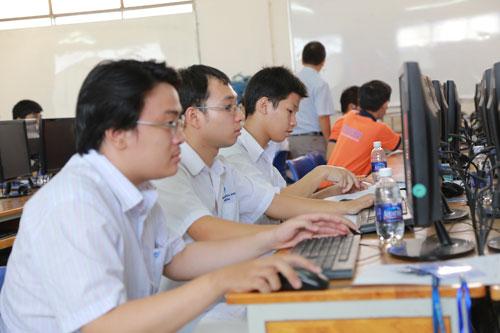 Sinh viên phía Nam tham gia thi Olympic cơ học sáng 19-4