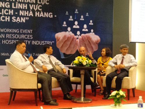 Các diễn giả trao đổi tại buổi tọa đàm