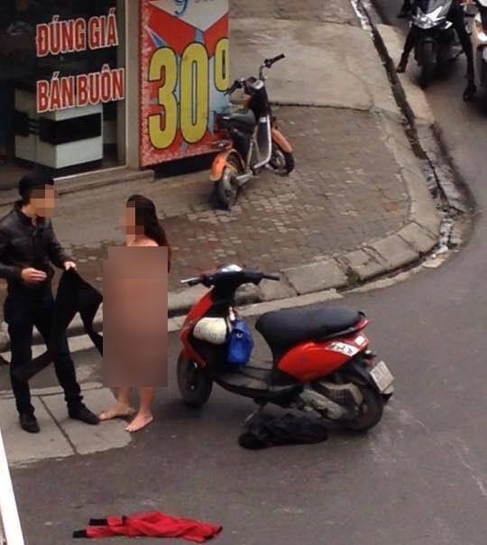 Và cảnh lột đồ giữa chốn đông người ở Hà Nội