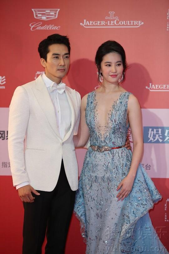 Song Seung Hun, 39 tuổi và Lưu Diệc Phi, 28 tuổi đều là sao