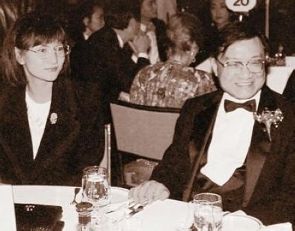 Nhà văn Kim Dung và người vợ hiện tại, kém ông 29 tuổi.