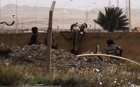 Hình ảnh cho thấy các tay súng đột nhập vào nhà máy lọc dầu Baiji. Ảnh: Rudaw