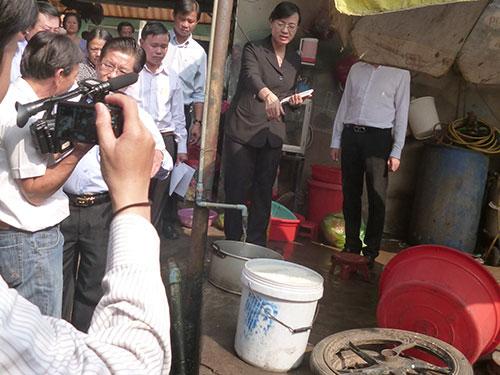 Bà Nguyễn Thị Quyết Tâm cùng Đoàn Đại biểu Ban Kinh tế và Ngân sách HĐND TP HCM khảo sát tại một hộ dân