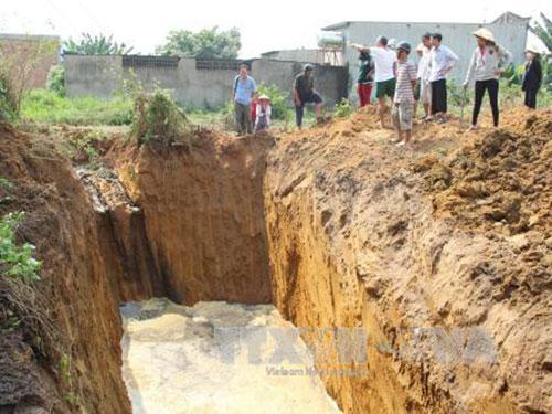 Hố sâu gần 10 m do công nhân Công ty CP Môi trường  Đồng Xanh đào để đổ bùn thải Ảnh: TTXVN