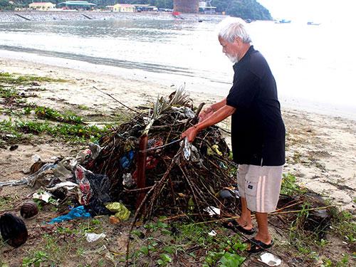 Mỗi ngày, ông Mạo đều đặn nhặt rác không công ở bãi biển Nam Ô