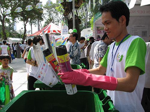 Thu gom chất thải nguy hại trong Ngày hội Tái chế năm 2014 ở TP HCM