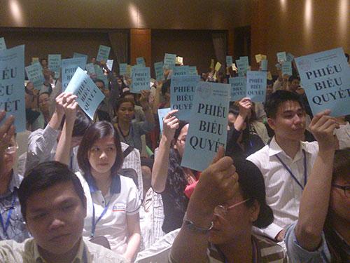 Đại biểu biểu quyết về dự thảo được đưa ra tại đại hội