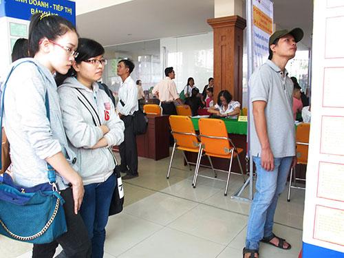 Sinh viên tìm việc làm thời vụ tại Trung tâm Hướng nghiệp, Dạy nghề và Giới thiệu việc làm Thanh niên TP HCM