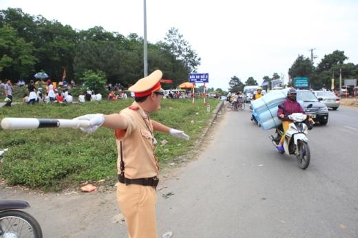 Lực lượng CSGT đang làm nhiệm vụ phân làn giao thông tại lễ hội
