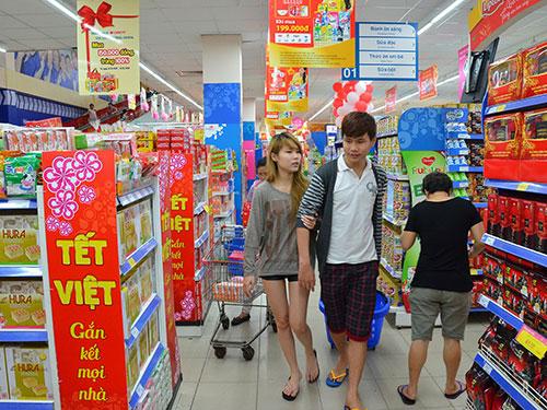 Hàng hóa Tết đã được bày bán ở hầu hết các siêu thị trên địa bàn TP HCM Ảnh: TẤN THẠNH